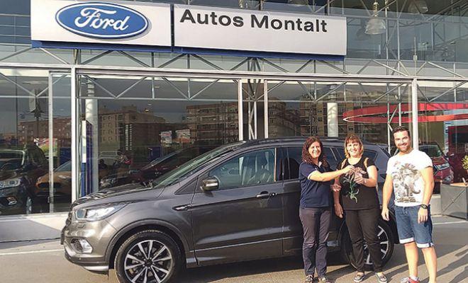 La afortunada recibiendo el Ford Kuga de manos de Ford Montalt.