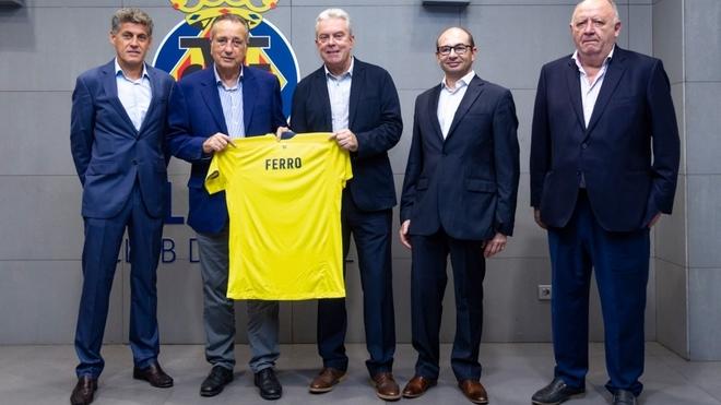 El presidente del Villarreal CF, Fernando Roig y el director general de Ferro Spain, José Manrique, sujetando la camiseta de honor.