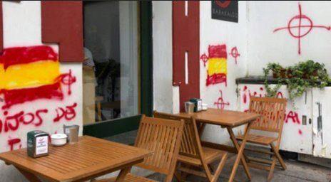 Imagen de la entrada al batzoki de Barakaldo con las pintadas.