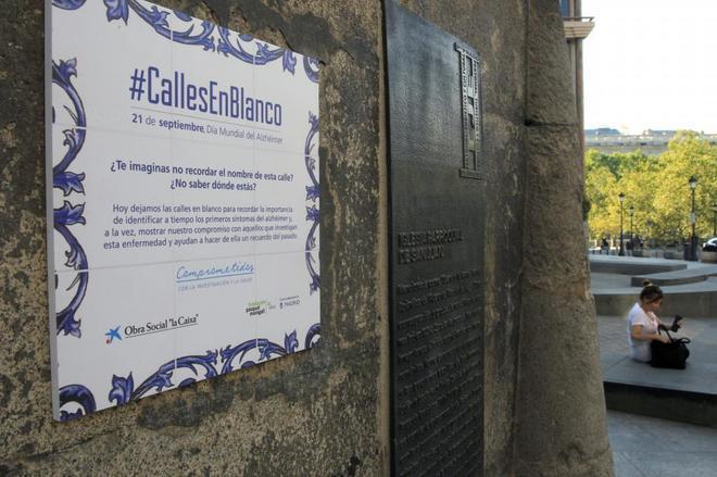 Cien placas del callejero de Ópera, en Madrid, borradas para concienciar sobre alzheimer