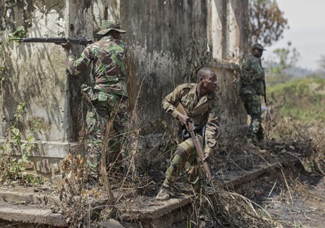 Soldados del ejército centroafricano, en las afueras de Bangui.