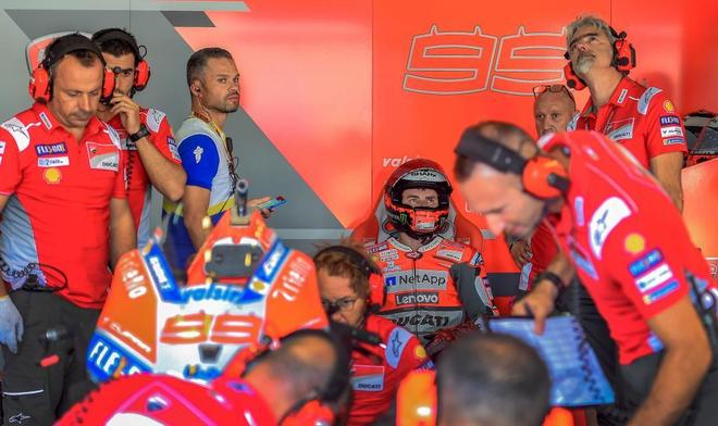 Jorge Lorenzo, en su garaje, durante los primeros entrenamientos en Alcañiz.