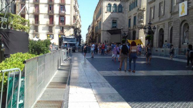 La plaza Sant Jaume, ayer a mediodía después de que se desalojara el campamento
