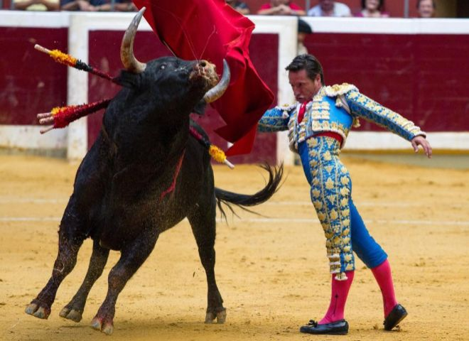 Pase de pecho de Urdiales al segundo toro de la cuarta corrida de la feria de San Mateo de Lorgoño