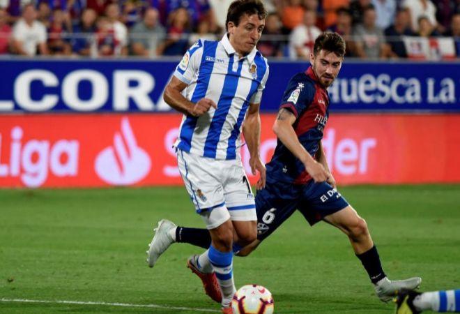 Oyarzabal conduce la pelota en el partido de hoy de la Real.