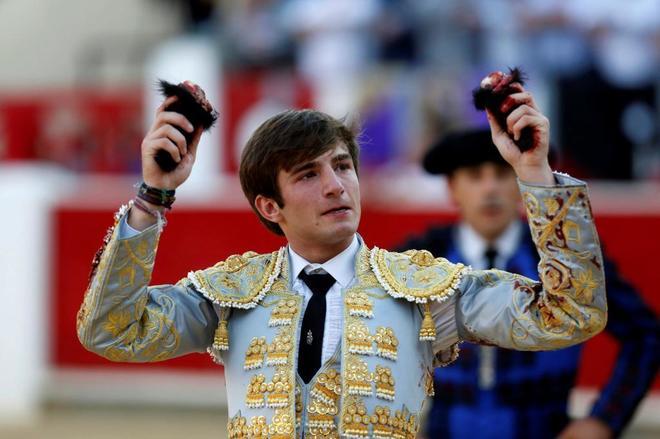 José Fernando Molina ilusionó en su debut con caballos, tras cortar tres orejas a sus novillos