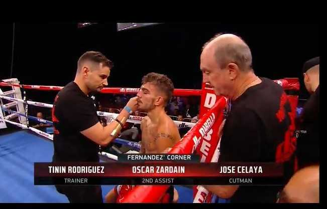 Fernández en el corner durante el combate.