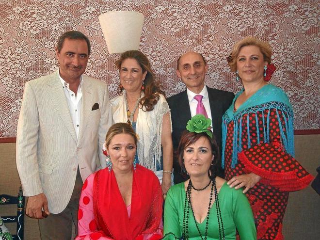 Charo Padilla, con vestido verde, en una de las casetas de la Feria de Sevilla hace unos años.