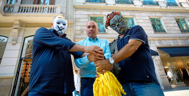 José Manuel Opazo, con Santiago (izq) y José Luis (dcha), los enmascarados que hicieron sonar el himno desde el piso que está a sus espaldas.