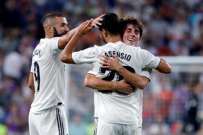 Asensio celebra el gol de la victoria ante el Espanyol con Odriozola y Benzema.