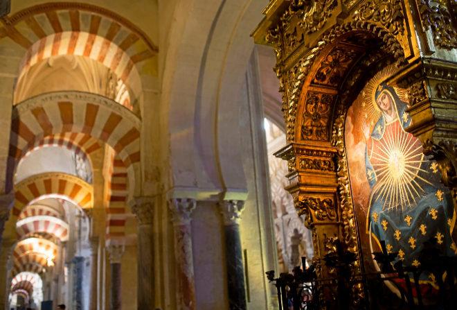 El altar de la Virgen de la O al lado de los arcos del califato del siglo VIII.