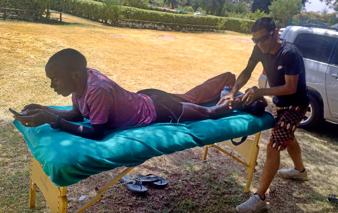 El fisioterapeuta y atleta español masajea al 'récordman' en el centro de entrenamiento de Eldoret, en Kenia.