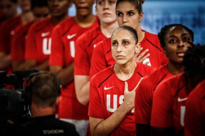 Taurasi, durante el himno estadounidense, antes del partido contra Nigeria.