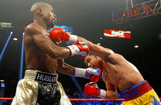 Pacquiao golpea a Mayweather durante el combate que les enfrentó el 2 de mayo de 2015 en Las Vegas.