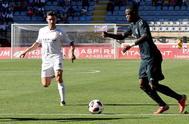 Vinicius Jr. (d) durante el partido de su equipo ante la Cultural Leonesa.