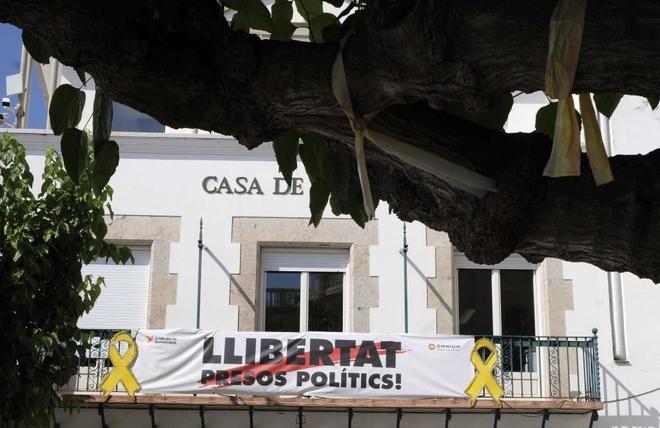 Fachada del Ayuntamiento de Sant Pol de Mar con una pancarta a favor de los independentistas presos y un gran lazo amarillo.