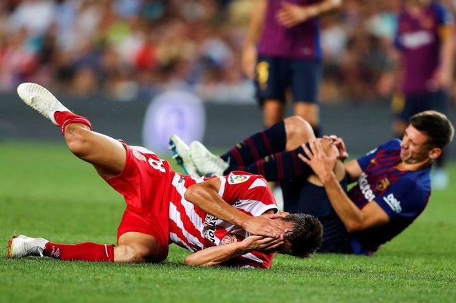 Pere Pons, jugador del Girona, se duele en el suelo tras el codazo de Lenglet.