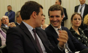 Los presidentes de Ciudadanos y del PP, Albert Rivera y Pablo Casado,...