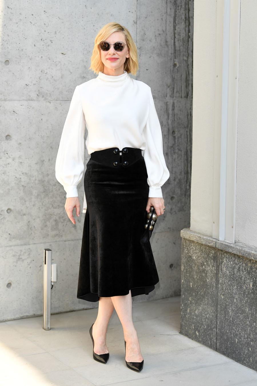 Cate Blanchett da una lección de estilo con un 'total look' bicolor de Armani
