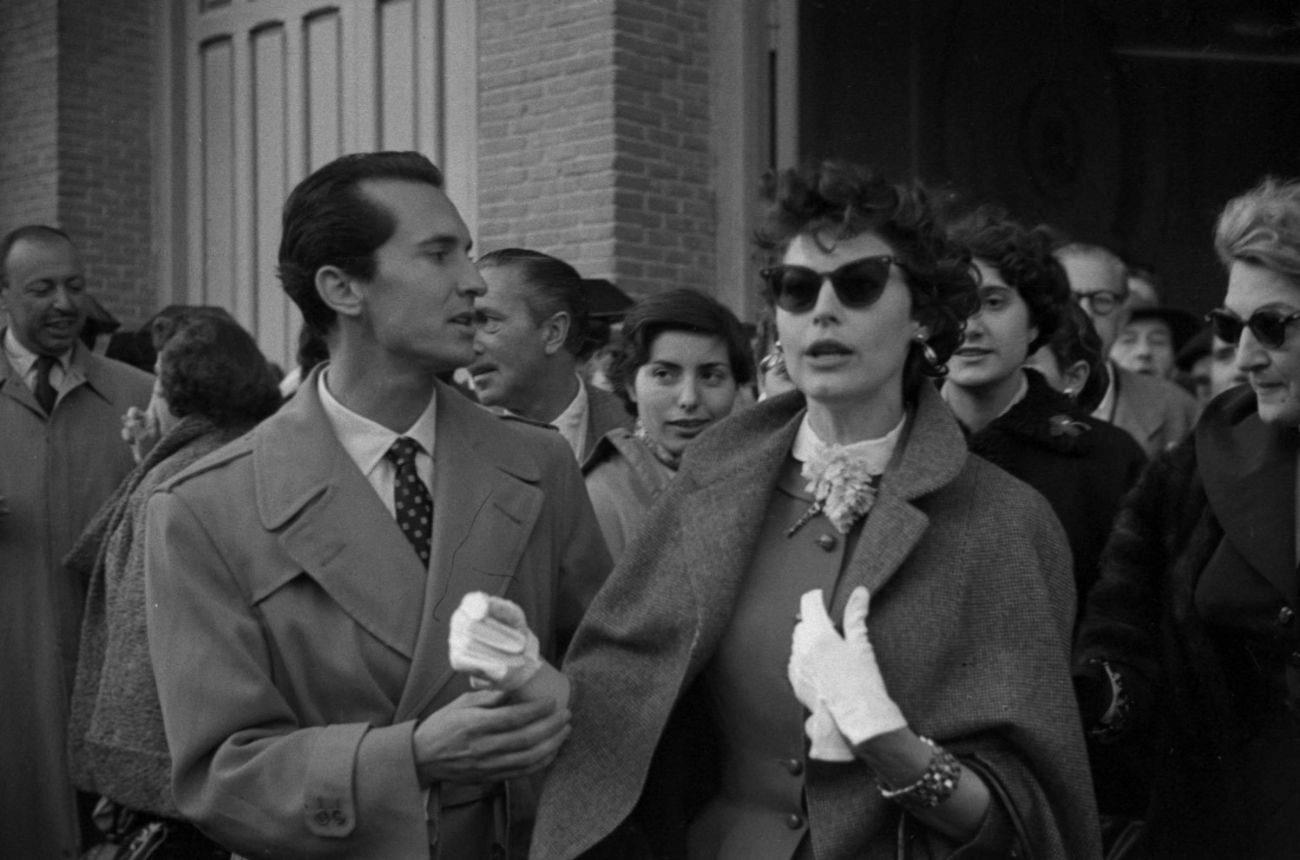 Luis Miguel Dominguín con Ava Gardner y su hermana Bappie al salir de los toros en la plaza de las Ventas. 1 de Mayo, 1954