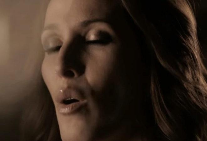 Malú en el videoclip oficial de 'Vuelvo a verte'