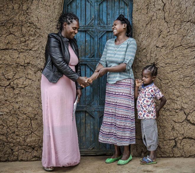 La trabajadora sanitaria Zinabwa Moges pasa consulta en un domicilio de una aldea etíope.