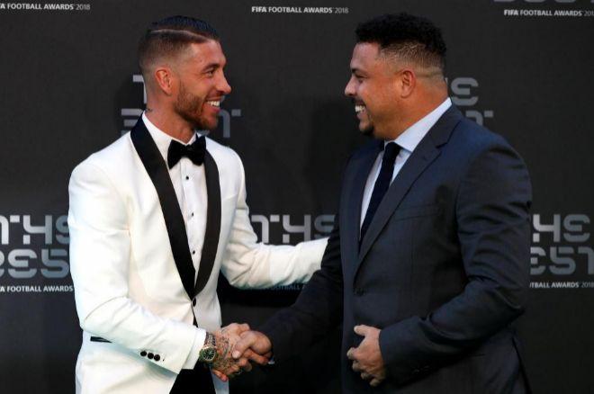 Sergio Ramos y Ronaldo se saludan durante la gala The Best.