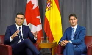 El presidente del Gobierno, Pedro Sánchez, y el primer ministro...