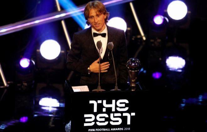 Modric, con su trofeo, durante la gala celebrada en Londres.