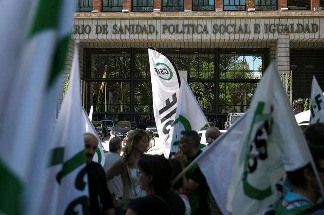 Funcionarios pertenecientes al sindicato CSIF se manifiestan frente a la sede del Ministerio de Igualdad.