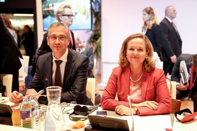 El gobernador del Banco de España, Pablo Hernández de Cos, y la ministra de Economía, Nadia Calviño.