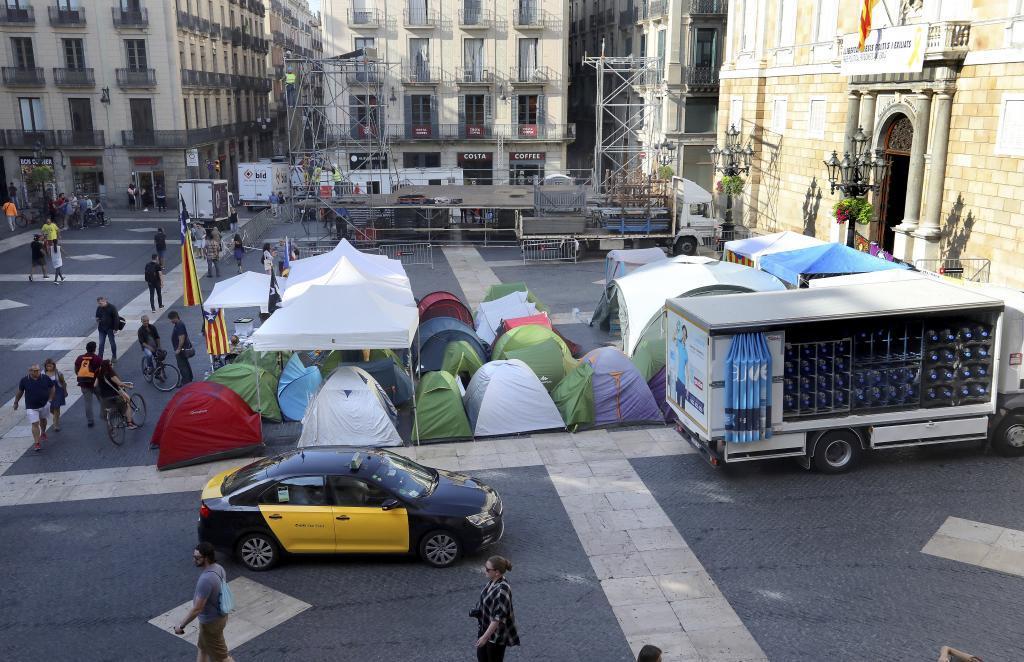 Acampada y protesta independentista en la Plaza Sant Jaume de Barcelona.