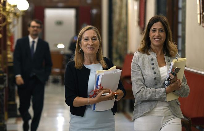 La presidenta del Congreso, Ana Pastor, y la vicepresidenta tercera, Rosa María Romero, en el Congreso.