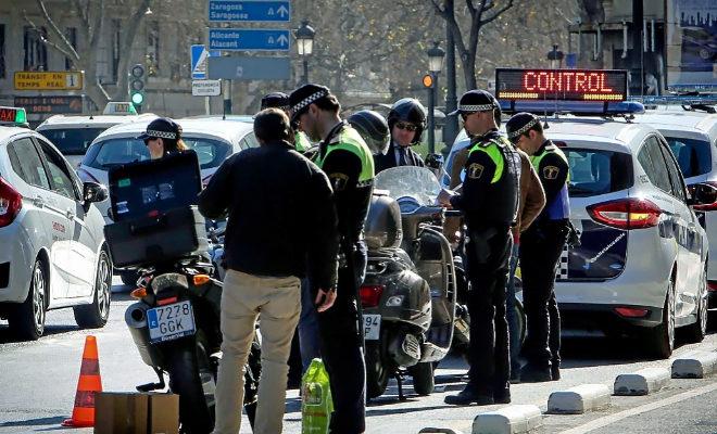 Agentes de Policía realizan un control en una calle de Valencia.