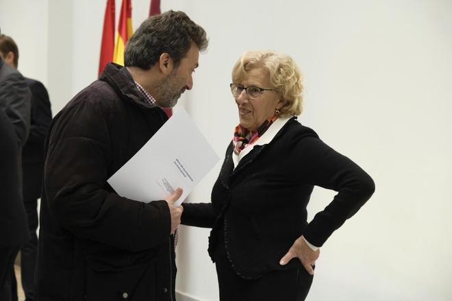 Mauricio Valiente charla con Manuela Carmena en un acto.