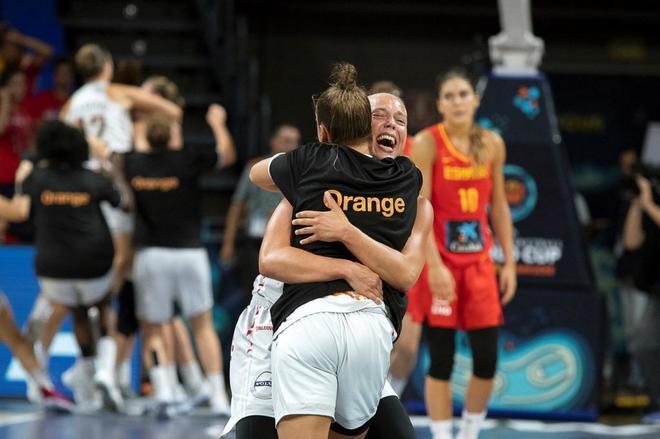 Las jugadoras belgas celebran su triunfo contra España, en el Santiago Martín de La Laguna.