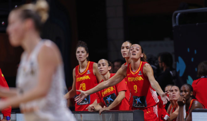 Laia Palau, en el banquillo español durante el partido contra Bélgica.