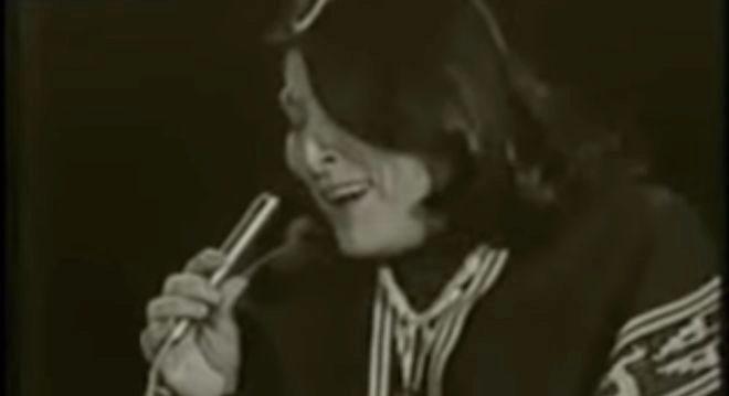 Mercedes Sosa durante su interpretación de Alfonsina y el Mar