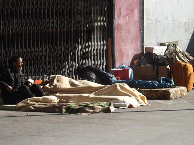 Varios 'sin techo' acampan en los alrededores de la plaza de Ópera,...