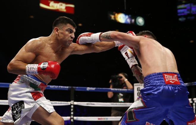 Victor Ortiz (i), durante una pelea contra Manuel Perez.