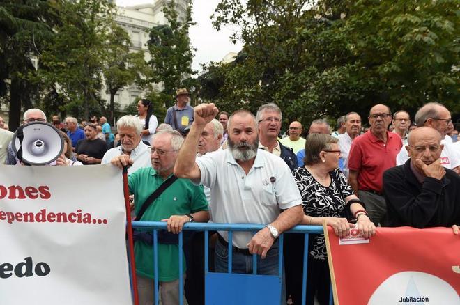 Pensionistas protestan hoy frente a las puertas del Congreso.
