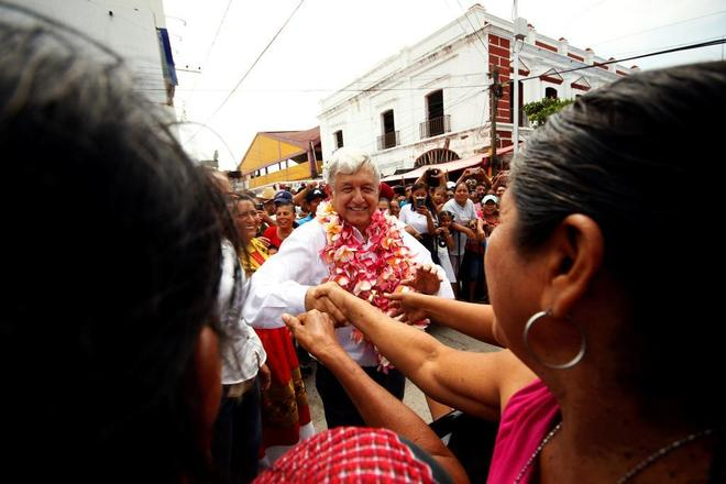 El beso del presidente electo López Obrador a una reportera levanta polémica en México