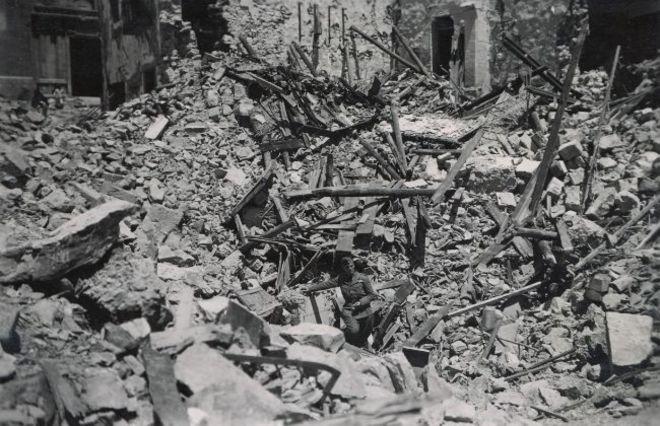 Un soldado nazi revisa los destrozos provocados por el bombardeo alemán.