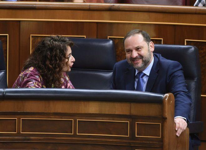 La ministra de Hacienda, María Jesús Montero, conversa con el ministro de Fomento, José Luis Ábalos.