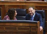 La ministra de Hacienda, María Jesús Montero, conversa con el...