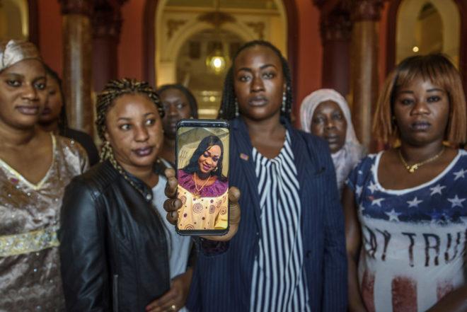 Amigas de Maguette muestran la imagen de la joven asesinada.ARABA PRESS/ PATXI CORRAL