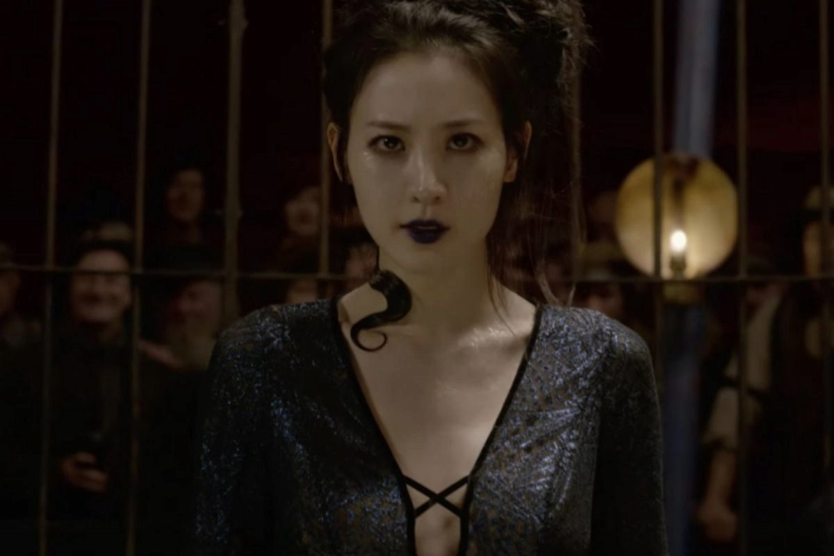 La actriz Claudia Kim interpreta a Nagini, la serpiente de Lord...