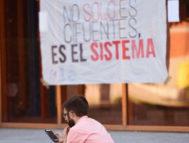 Un estudiante, este jueves, a las puertas de la Rey Juan Carlos junto a una pancarta-protesta.