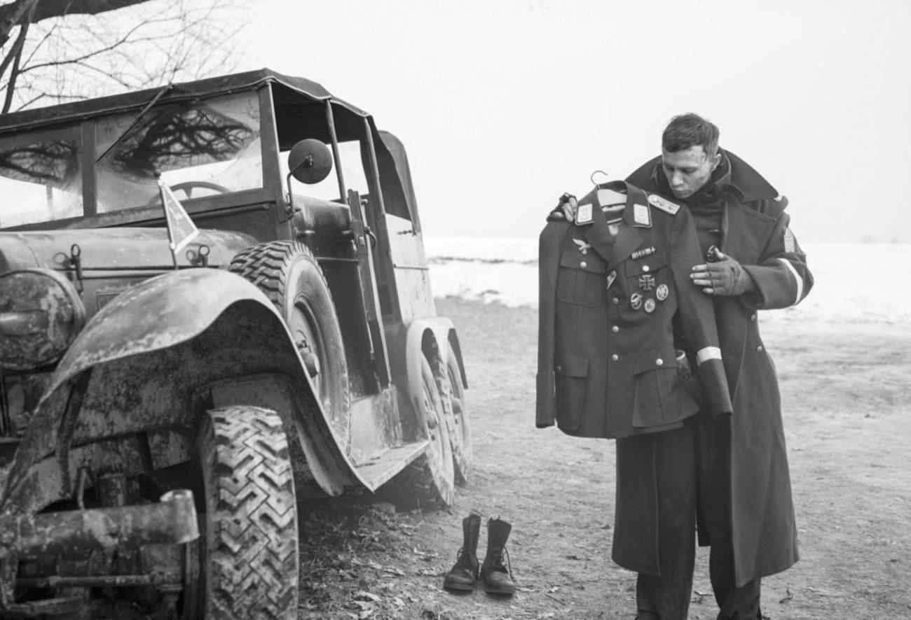 ¿Quién iba a decir que el director de las dos entregas más flojas de la serie <em>Divergente</em> o de <em>RED</em> sería capaz de firmar una de las películas más salvajes e intensas que jamás se han rodado sobre la II Guerra Mundial? A partir de la historia real de un soldado alemán desertor que, tras encontrarse con el uniforme de un capitán, acabó dedicándose a perseguir y ejecutar a desertores como él, Robert Schwentke pone en pie un brutal relato en blanco y negro, cargado de violencia, tanto explícita como implícita, que profundiza en las pulsiones más oscuras del ser humano... y consigue que, por momentos, nos avergoncemos, incluso más de lo habitual, de nuestra propia especie.