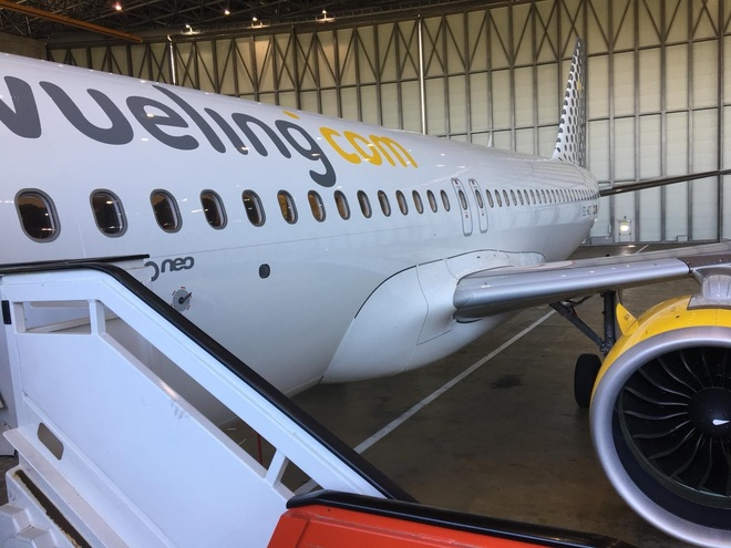 Un avión Airbus A320neo de Vueling en el hangar del aeropuerto.